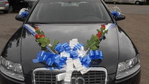 Bröllopsdekorerad bil