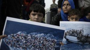 Syriska flyktingar demonstrerar utanför parlamentet i Aten, 19.11.2014