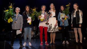Barn med blommor och medaljer