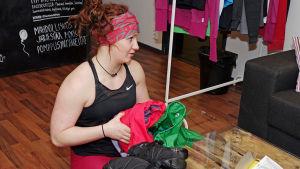 Sofia Broman packar sina kläder så att de tar så lite plats som möjligt.