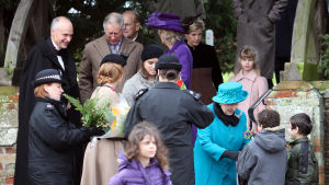 Den brittiska kungafamiljen utanför kyrka nära Sandringham 2012.