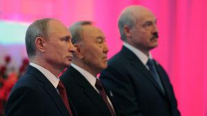 Presidenterna Vladimir Putin, Nursultan Nazarbajev och Aleksandr Lukasjenko vid undertecknandet av avtalet om de Eurasiska unionen i Astana.