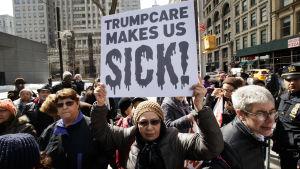 Trumps planer på att ersätta Obamacare och ersätta den med en egen sjukvårdsreform har lockat många demonstranter. Den här bilden är tagen den 5 maj i New York.