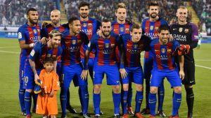 Barcelona på lagfoto tillsammans med den afghanska pojken Murtaza Ahmadi.