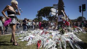 Blommor till minnet av offren i Nice.