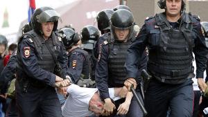 Tiotusentals människor deltog i protesterna trots polisens hårda tag