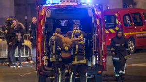 Skadade evakueras från Stade de France.