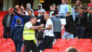 Publik evakueras på Old Trafford.