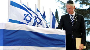 Bill Clinton hedrar minnet av Shimon Peres.