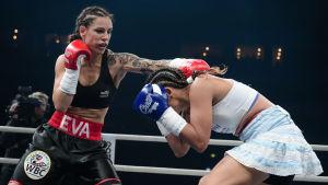 Eva Wahlström får in ett slag på Anahi Esther Sanchez