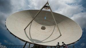 Satellitantenn som monterats utanför Bangalore, Indien