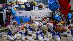 Ljus och blommor i Dallas för att hedra de fem poliser som sköts ihjäl 2016.