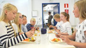Elever vid Näse skola äter lunch.