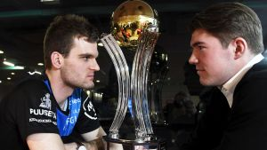 Happees Janne Hoikkanen (vänster) och TPS-spelaren Ville Laine stirrar på varandra över en pokal.