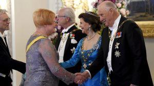 Kung Harald skakar hand med president Tarja Halonen, drottning Silvia med med Pentti Arajärvi.