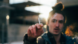 Ung man röker