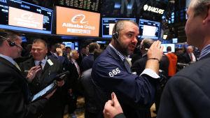 Börsmäklare inför introduktionen av Alibaba på börsen i New York.
