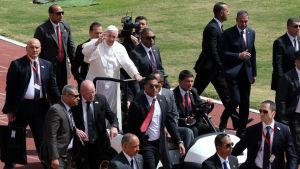 Påve Franciskus åker i sin öppna bil under ett besök i Egypten