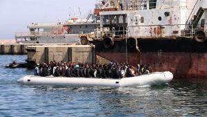 Flyktingar returneras till Libyen av landets kustbevakning.