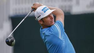 Mikko Ilonen följer golfbollen med blicken.