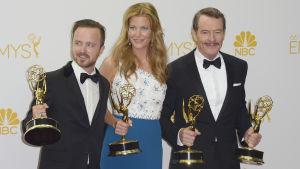 Aaron Paul, Anna Gunn och Bryan Cranston från serien Breaking Bad vid Emmygalan i Los Angeles 25.8.2014.