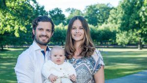 Prinssi Carl Philip ja prinsessa Sofia poikansa Alexanderin kanssa
