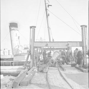 21.3.1940 Putki siirrtetään laivaan Russarössä.