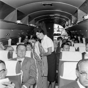 Lentoemäntä työssään Aero Oy:n/ Finnairin koneessa vuonna 1960.