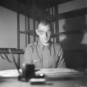Eversti Armas Kemppi komentopaikallaan pankin holvissa Viipurissa 20. kesäkuuta 1944.