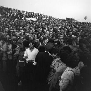 Yleisöä näyttelijä Ryan O´Nealin Suomen vierailulla juhannuksena 1970.