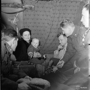 17.1.1940 Siirtoväkeä junassa, vas. res. sot. virk. Sevon, äiti ja lapsi, äärim Kojo ja res. sot. virk. Pekka Tiilikainen.