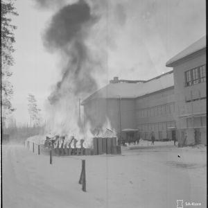 17.3.1940 Huuhanmäen kasarmin tavaroita poltetaan.