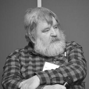 En svartvit bild av en man i skägg.