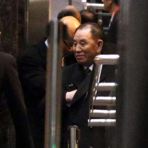 En bild på Kim Yong-chol då han lämnade Peking för att flyga till Washington 18.1.2017.