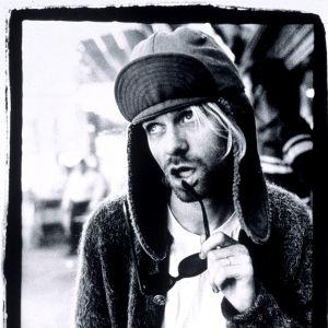 Kurt Cobain i Elmer Fudge mössa på svartvitt foto.