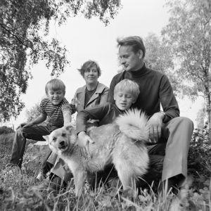 Mikko Syrjä, kirjailija Kirsi Kunnas, kirjailija Jaakko Syrjä ja Martti Syrjä kotinsa pihalla vuonna 1968.