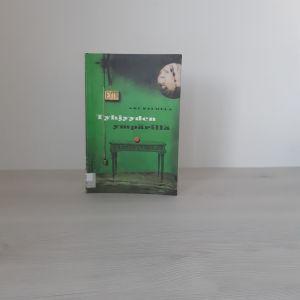 Aki Salmelan teos Tyhjyyden ympärillä pöydällä, joka on aivan tyhjä muuten