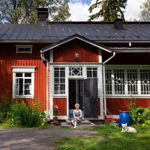 Marianna Kurtto eeva Joenpellon kirjailijakatlon rappusilla 18.7. 2019.