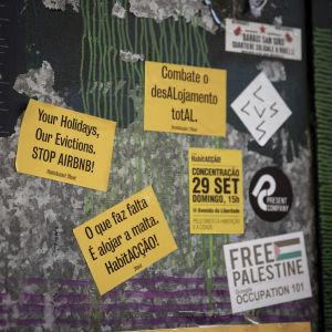 Flygblad med budskap har limmats vid ingången till frivilligorganisationen Habita i Lissabon.