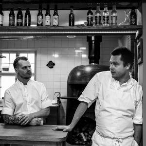 Svartvit bild av Nick Victorzon och brodern Peik på restaurangen.