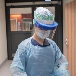 Lääkäri suojavarustuksessa
