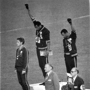 Tommie Smith och John Carlos protesterar.