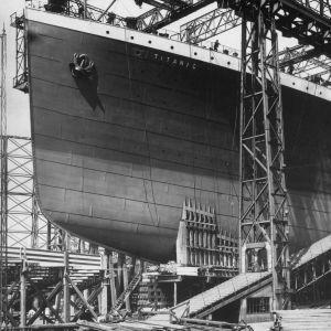 RMS Titanic telakalla valmiina neitsytmatkalleen.