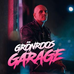 Lasse Grönroos sitter utanför nattlig krog med neonljus och dimma på Vasagatan. Promobild för Grönroos Garage. med logo.