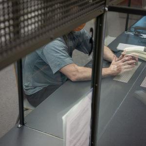 Anonyymi tutkintavanki valvotussa tapaamistilassa Mikkelin vankilassa.