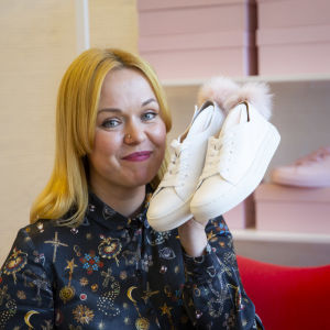 Kenkäsuunnittelija Minna Parikka.