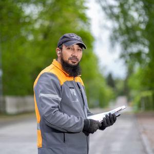 Postinkantaja Hameed Shinwari jakokierroksella Länsi-Pakilassa, Helsinki, 21.5.2021.