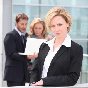 Personer klädda i businesskläder poserar