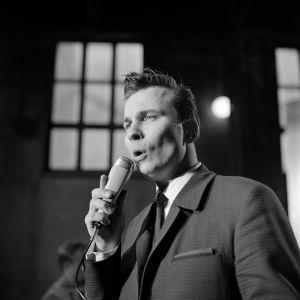 Laulaja Reijo Taipale esiintyy Esko Linnavallin yhteen säestämänä sisustuslevytehtaassa Kuopiossa 1967.
