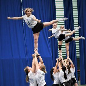 Cheerleadinglandslaget tränar bygg.